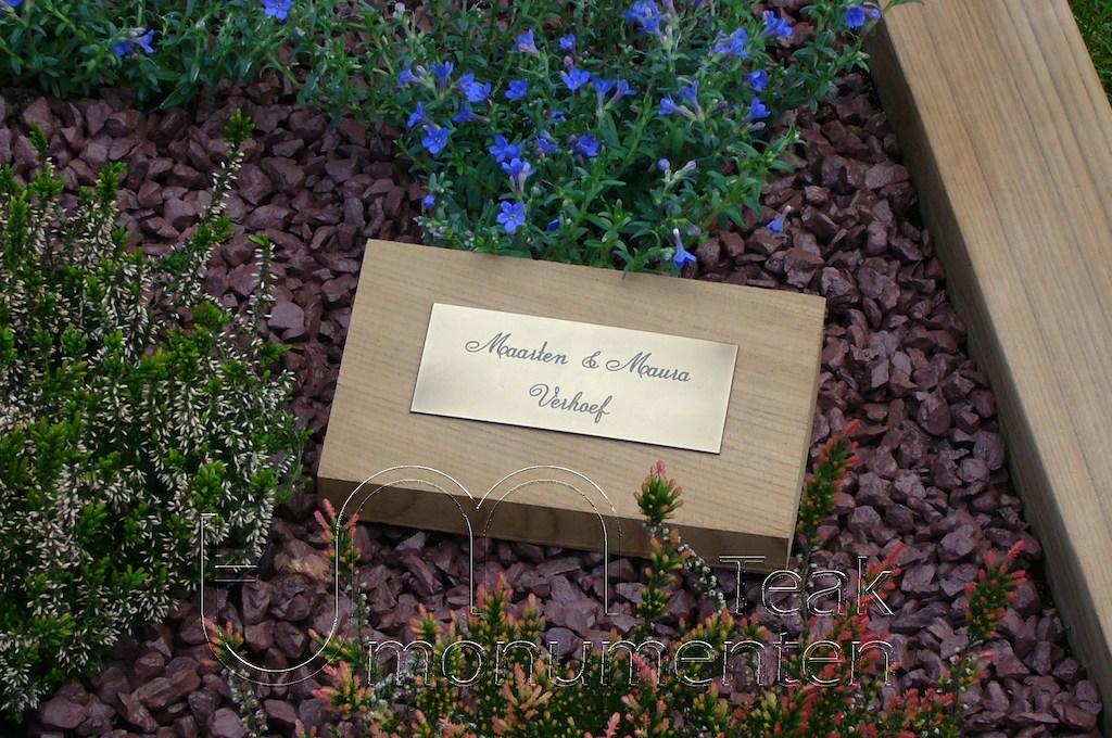 houten grafmonument, houten gedenkteken, houten naambord met messing plaatje