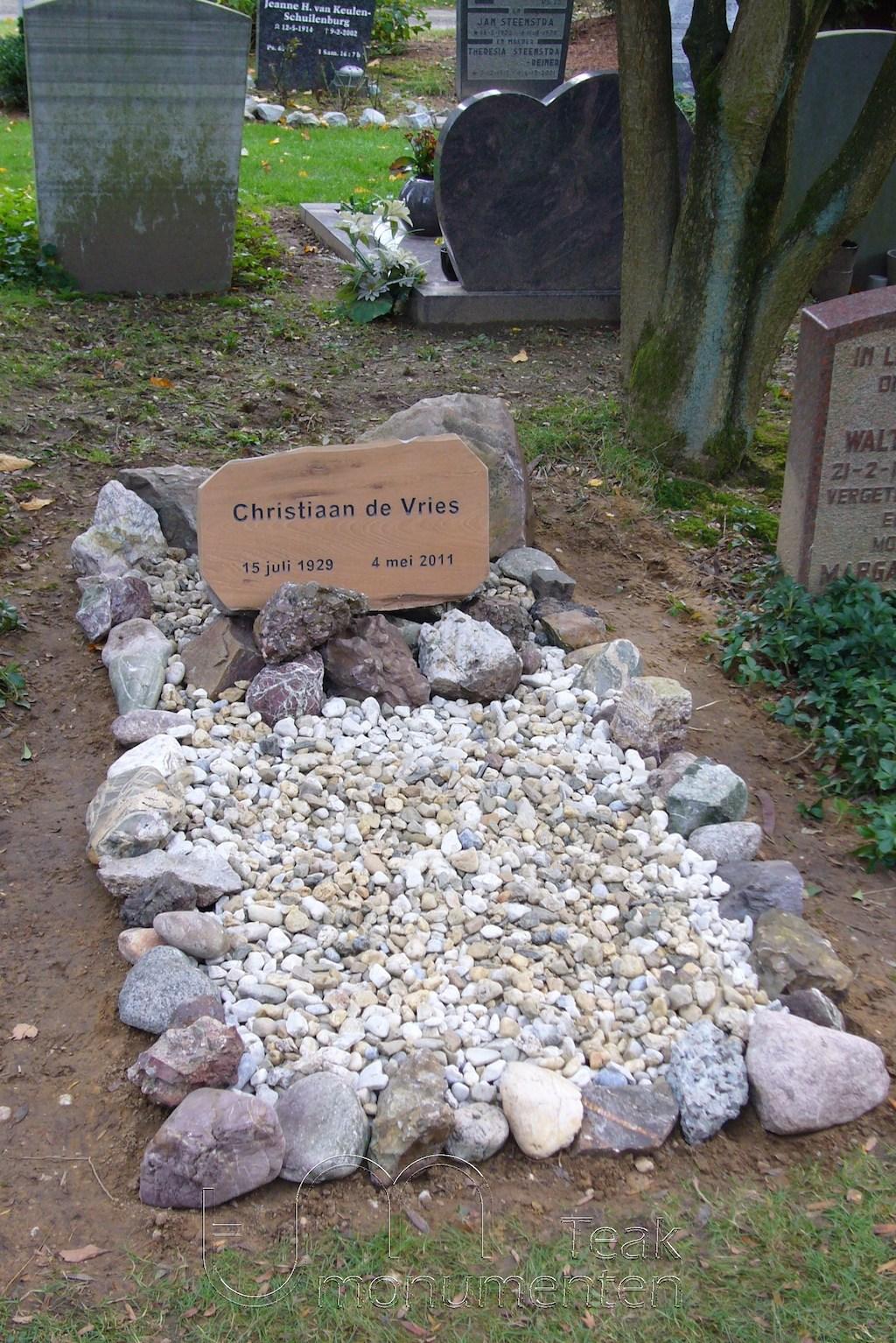 houten grafmonument, houten gedenkteken, naambord teakhout met veldkeien