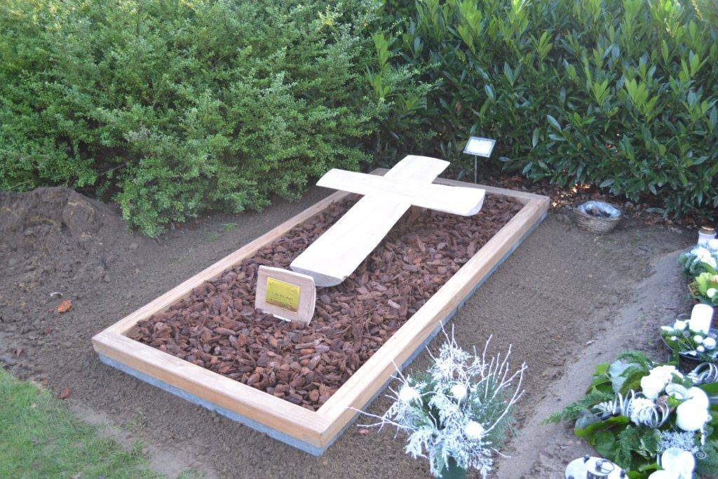 houten grafmonument, houten gedenkteken, houten kruis, liggend kruis