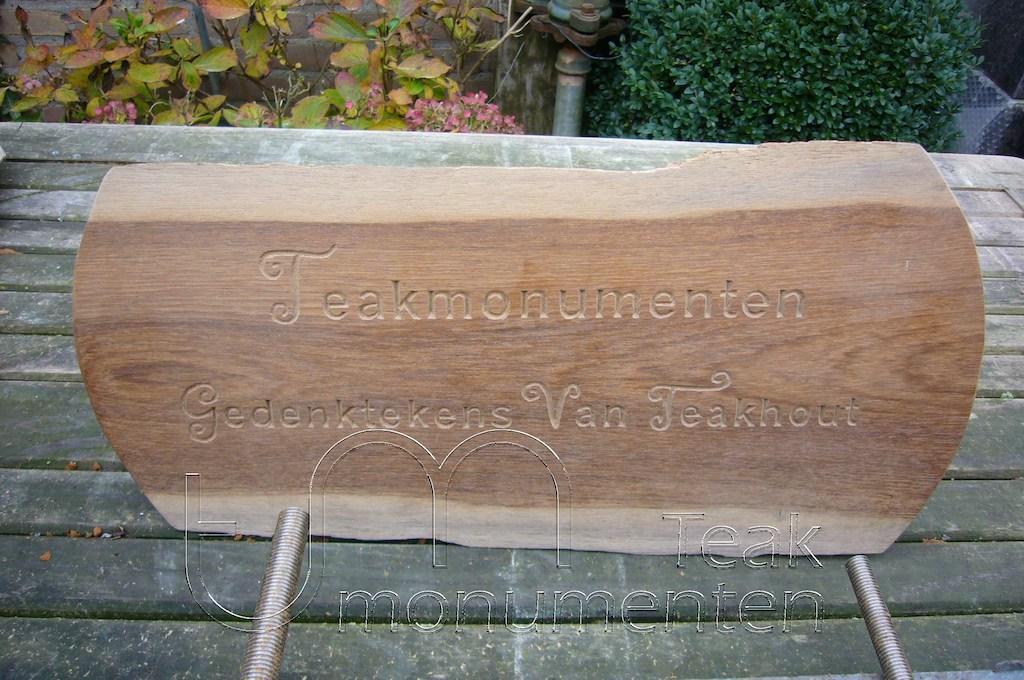 houten grafmonument, houten gedenkteken, houten naambord, ruw teakhout