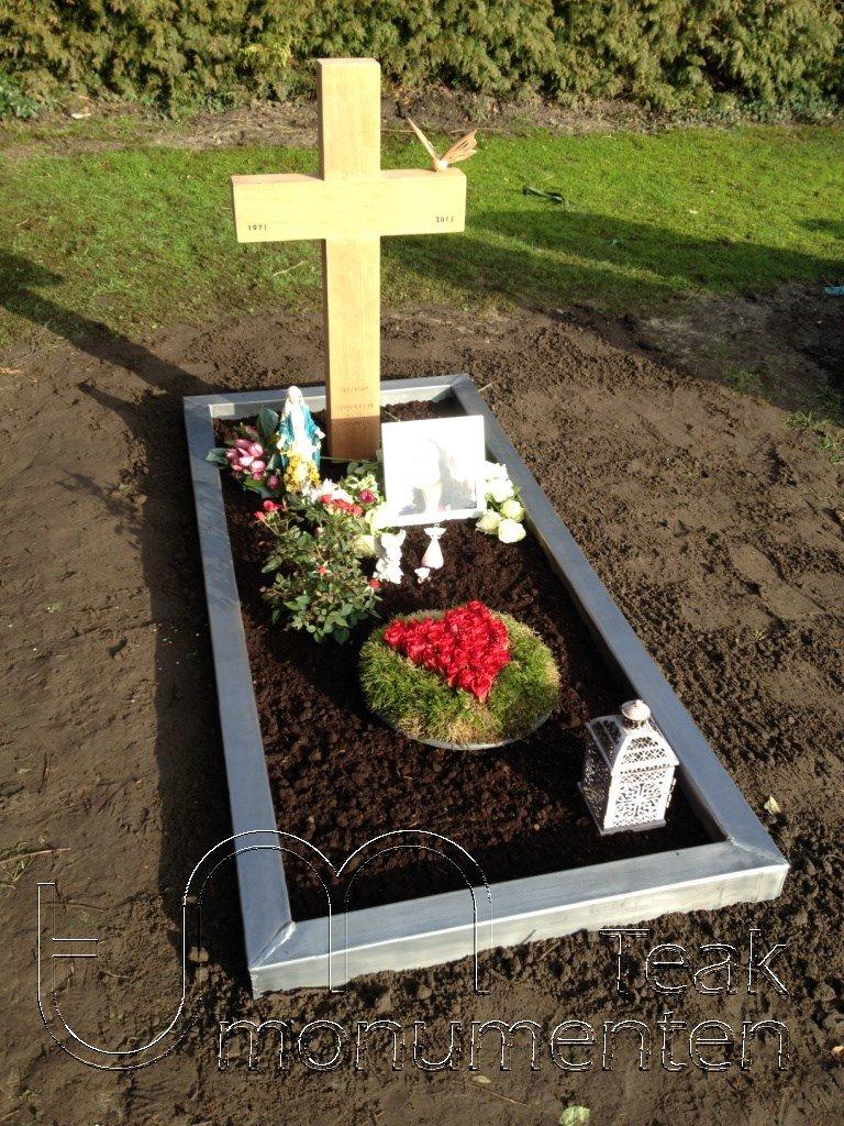 houten grafmonument, houten gedenkteken, houten kruis, omranding lood