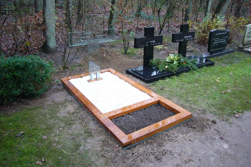 houten grafmonument, houten gedenkteken, glazen kruis met houten omranding