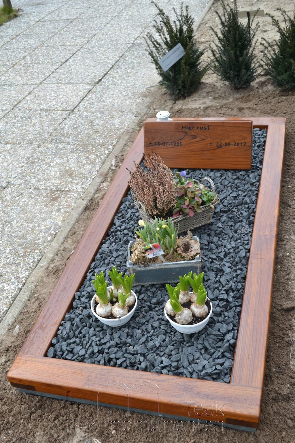 houten grafmonument, houten gedenkteken, naambord teakhout met houten omranding