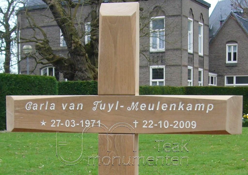 houten grafmonument, houten gedenkteken, belettering wit