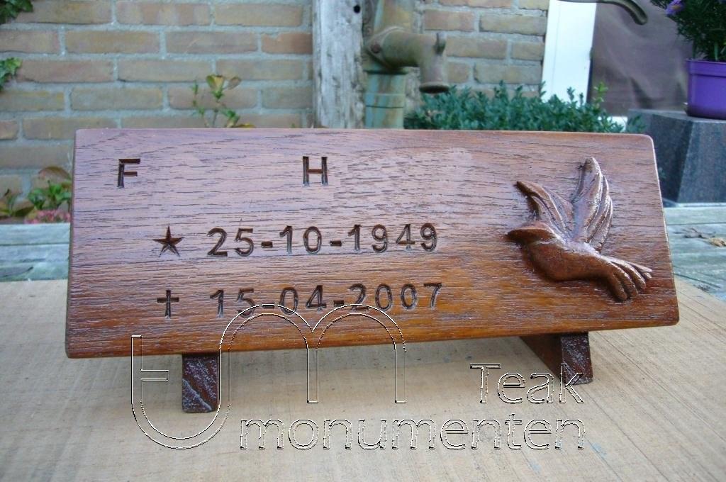houten grafmonument, houten gedenkteken, houten naambord
