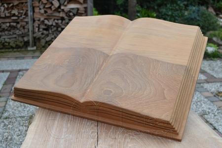 houten grafmonument, houten gedenkteken, opengeslagen boek