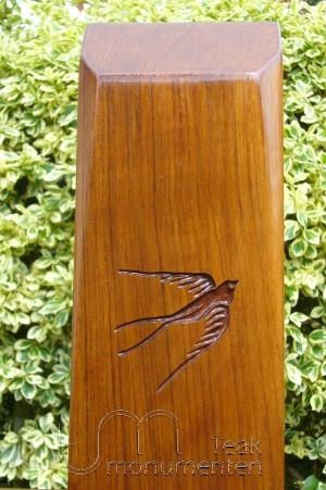 houten grafmonument, houten gedenkteken, houtsnijwerk zwaluw