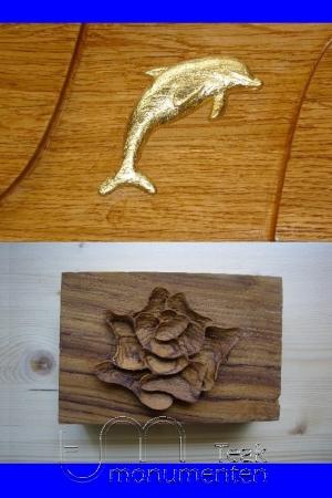 houten grafmonument, houten gedenkteken, houtsnijwerk dolfijn en bloem