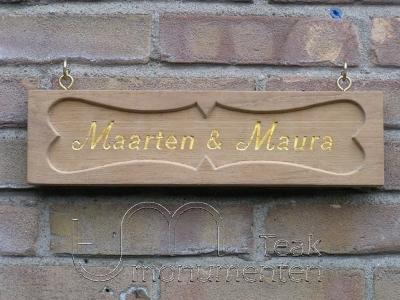 houten grafmonument, houten gedenkteken, houten naambord met bladgoud