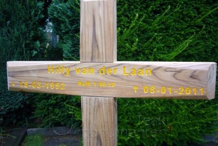 houten grafmonument, houten gedenkteken, belettering okergeel