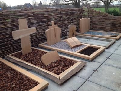 Aanleg van de modellentuin van Teakmonumenten, specialist in houten grafmonumenten.