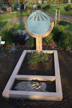 houten grafmonument, houten gedenkteken, hout en glas