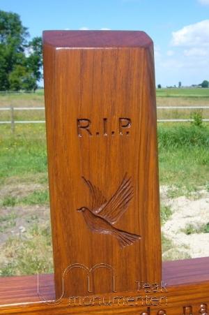 houten grafmonument, houten gedenkteken, houtsnijwerk duif