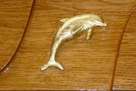 houten grafmonument, houten gedenkteken, dolfijn met bladgoud