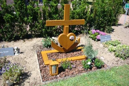 houten grafmonument, houten gedenkteken, houten kruis, urnengraf van hout