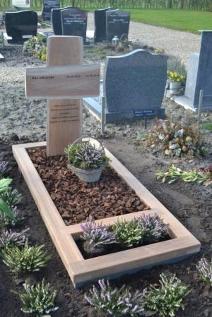 houten grafmonument, houten gedenkteken, houten kruis, ruw teakhout