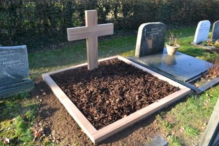 houten grafmonument, houten gedenkteken, houten kruis, ruw teakhout, dubbel graf