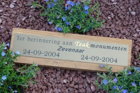 houten grafmonument, houten gedenkteken, houten naambord met verbronsd aluminium