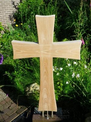houten grafmonument, houten gedenkteken, houten kruis
