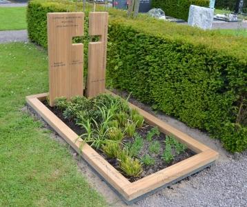 houten grafmonument, houten gedenkteken, houten paneel met uitsparing kruis