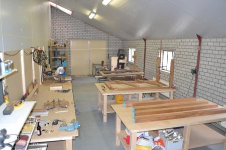 houten grafmonument, houten gedenkteken, werkplaats