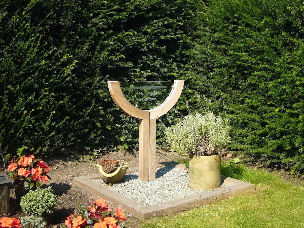 houten grafmonument, houten gedenkteken, urnengraf van hout