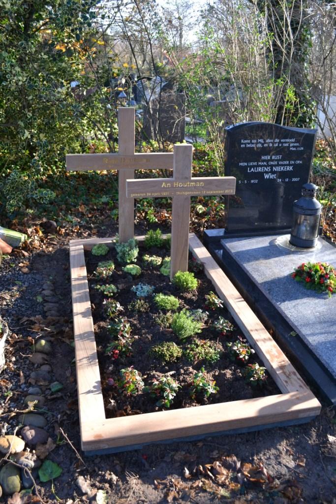 houten grafmonument, houten gedenkteken, houten kruis, dubbel kruis