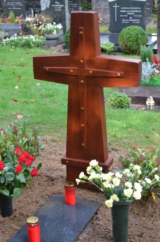 houten kruis met siernagels