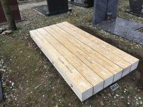 houten grafmonument gemaakt van Accoya® balken