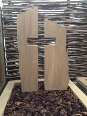 houten gedenkteken, paneel met uitsparing kruis