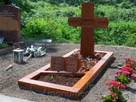 houten gedenkteken, houten kruis met boek