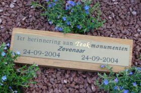 houten gedenkteken, naambordje