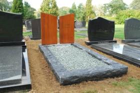 twee panelen op een grafstenen omranding